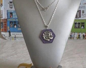 """Ravissant collier pendentif en bois laqué hexagonal """"Une rose argentée"""""""