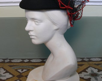 Vintage 1980s black beret with veil black and red