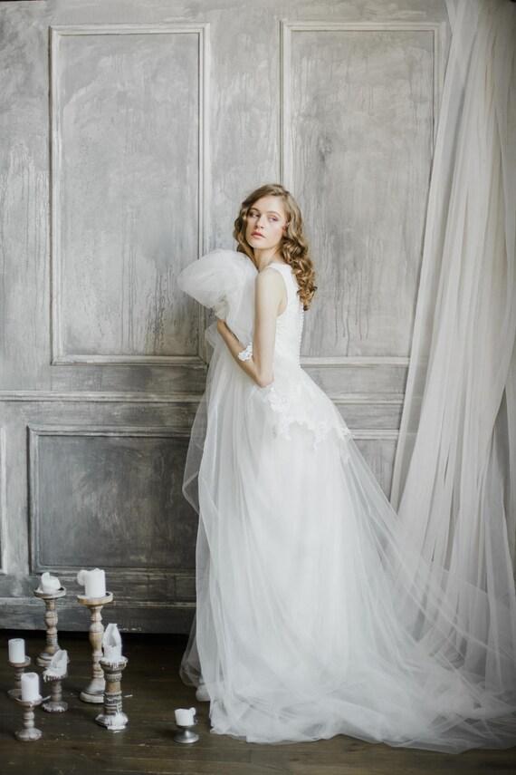 Romantische v-Ausschnitt Brautkleid mit abgestuften Rock und