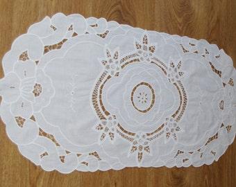 Elegant French Richelieu White Table Runner Flowers Vintage Crochet Dresser Scarf cutwork embroidery Wedding linen Wedding tabel decoration