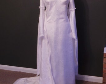 Vintage wedding dress in white an elegant seventies sillhouette with train