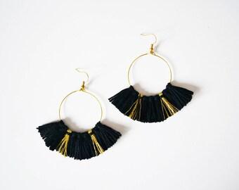 Boucles d'oreilles pompons noirs doré femme, créoles pompons noirs, boucles d'oreilles noires fantaisies originales