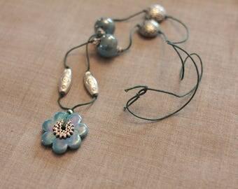 Collier Flower Power en céramique grecque