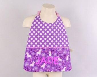 Serviette de table elastiquée personnalisée prénom serviette de cantine fille mauve rose licornes grand bavoir enfant cadeau naissance