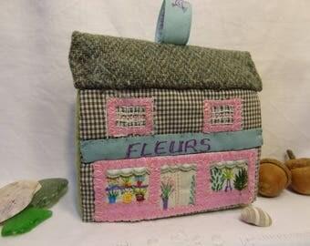 Maison décorative pour Noël en patchwork et broderie à poser ou suspendre. La fleuriste.
