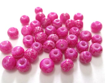 white marbled glass fuchsia painted 20 beads 4mm (A-26)