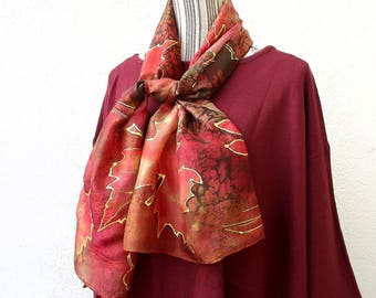 "Vendu Foulard en soie peint à la main, hand painted silk scarf, made with my hands, from France, automne-hiver, feuilles rouge""Noël rouge"""