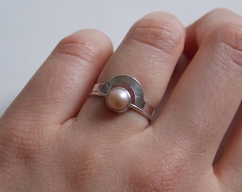 "2 stackable rings ""puzzle""   silver  and peach cultured pearl."