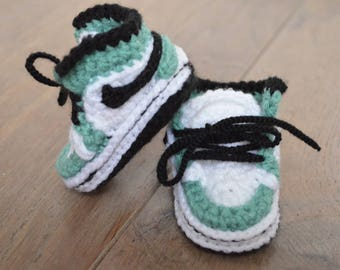 Crochet Baby shoes - Crochet shoes - Crochet booties - Pregnancy announcement - crib booties - Gender neutral shoes - grandparents to be