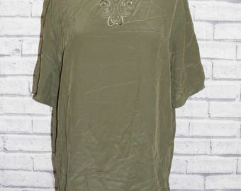 Size 14 vintage 80s loose fit s/sleeve embroidered neck blouse green silk (HY30)