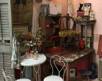 Wonderful 1940s white heart twisted iron wrought icecream parlor table and chairs~ sturdy! Padded cushion on chairs.