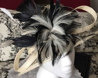 Straw hat with feathers - white