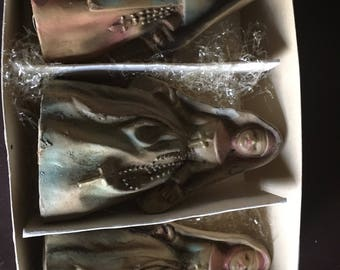 Wood nun figurines made in Italy