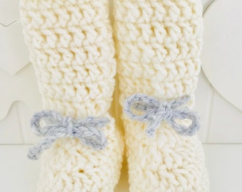 White winter boots in crochet with merino wool. Newborn Booties. Gift box. Ready for shipment.