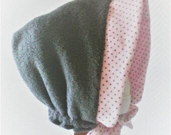 Béguin N 22 ,réversible ,bonnet fille ,béguin d'hiver , chapeau fille,polaire gris et tissu rose et gris , cadeau de naissance .