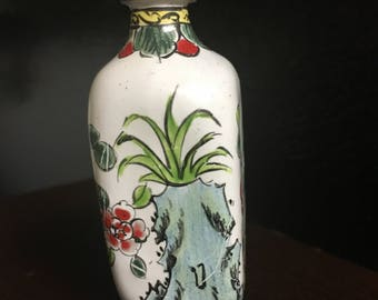 Elegant Porcelain Hand Painted Chinese Snuff Bottle