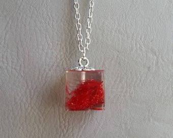 Necklace 77 cm + pendant Cube 1.5 cm in resin, dried red grass inclusion