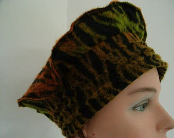 Beret hat in shades of green and orange fancy wool