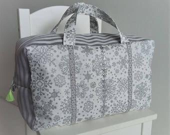 Valisette/vanity grand modèle pour bébé/enfant en coton blanc et gris. Trousse de toilette en tissu. Etoiles argentées.