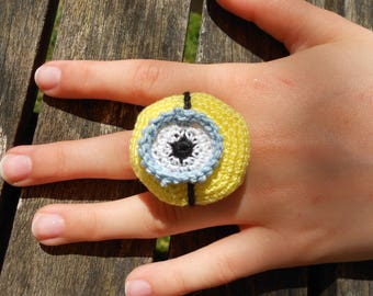 "Ring inspired by the head of the ""minions"""