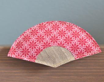 broche éventail japonais en tissu rose à fleurs