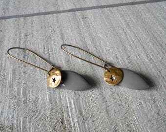 Star and enamelled grey sequin and bronze earring