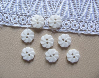 8 buttons plastic flowers white 12mm