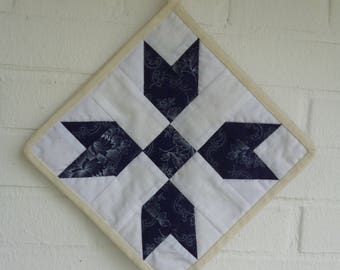 1 pair patchwork Potholders blue/white, with a colored band bordered on which these are also hung up