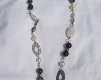 Modigliana: Necklace with moonstones blades, primers silver, balls of onyx.