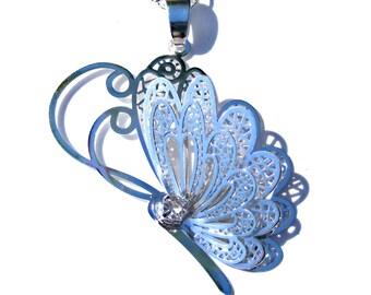 Pendentif papillon argenté en filigrane, cristal blanc et chaine argenté.