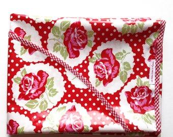 Nappe ovale en tissu enduit rouge a pois blanc avec roses rouge