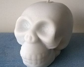 Candle crafted in the shape of skull white/gray