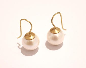 Earrings pendant made of 900er gold with large round white beads