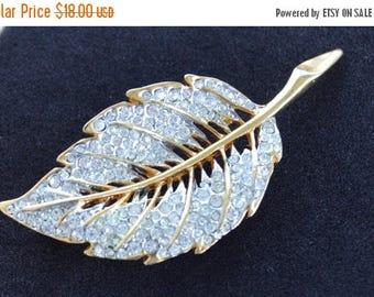 On sale Pretty Vintage Rhinestone Leaf Brooch, Gold tone (A2)
