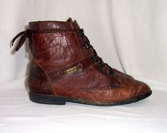 Sz 9m Women Vintage brown leather 1980s flat lace up ankle boots.