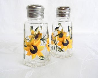 Salt and Pepper shakers, Sunflower salt and pepper shakers, painted shakers, glass shaker set, salt and pepper set, Sunflowers