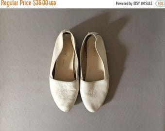 25% OFF SALE... vintage crown print white flats   leather flats   10