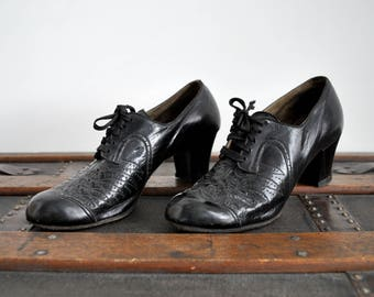 30's black lace up shoes. 1930's leather heels. oxfords. Size 6. Art Deco.