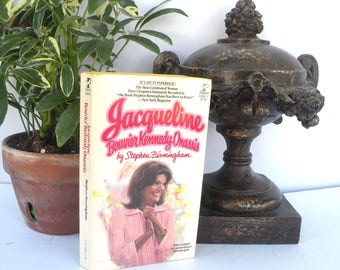 Paperback Book First Lady Jacqueline Bouvier Kennedy Onassis JFK Power Sex Intrigue Suspicion Even Murder You'll learn everything
