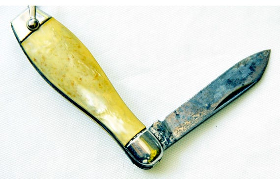 Vintage 1950-60s HAMMER BRAND BOWLING Pin Pocket Knife with Bale End for Key Ring, swirly yellow/ivory plastic with red dots V G Condition