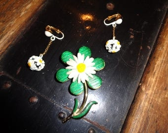 Vintage Retro Jewelry Set consisting of a Brooch and Clip On Earrings with a Daisy Designed Pin and dangling darling white daisy earrings