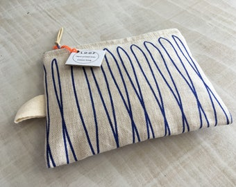 Purse-printed linen 'LOOPED BLUE'