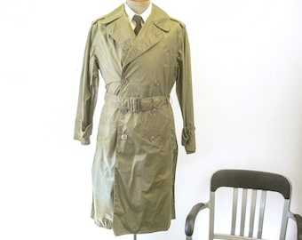 1960s-70s Vintage Mens Military Raincoat Lightweight Shade #179 Taupe Long U.S. Army Coat Belted Trenchcoat - Size Medium