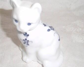 FENTON ART GLASS –  Elizabeth Collection Sitting Cat