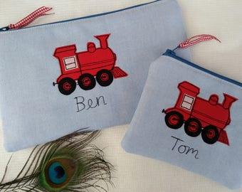 Handgemaakte gepersonaliseerd trein portemonnee Wallet Pouch of potlood geval, keuze van de naam, rode trein op blauwe stof stripe voering van de gift van de verjaardag aanwezig