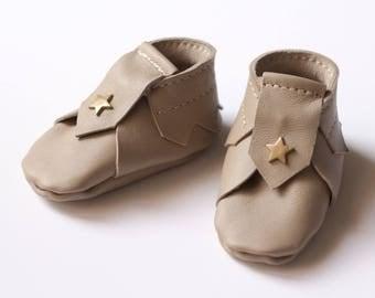 Chaussons bébé cuir beige, 0- 1 mois, chaussons bébé mixte, chaussons cuir bébé, mini chaussons mixte, chaussures bébé cuir