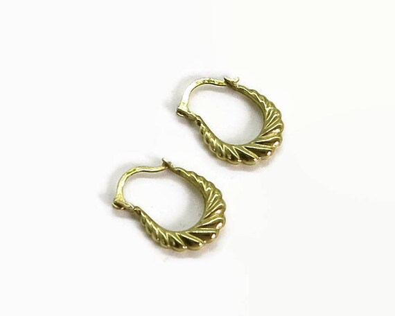 Small 9 carat yellow gold hoop earrings, oval shaped with grooves, light and feminine, latch backs, hallmarked 375 for 9 carat gold