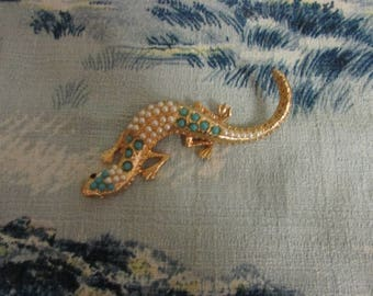 Vintage 1950s-style large gold-tone gecko/lizard brooch with faux pearl & turquoise bead detail