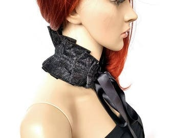 Extravagant collar in black