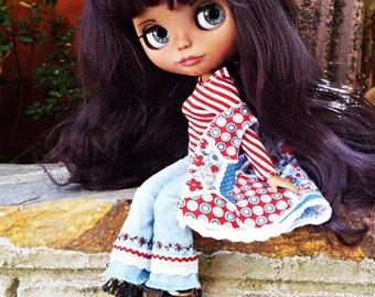 Outfit hippie blythe, pullip y muñecas de tamaño similar. Incluye pantalón campana con bordados, camiseta y chaleco estampado .